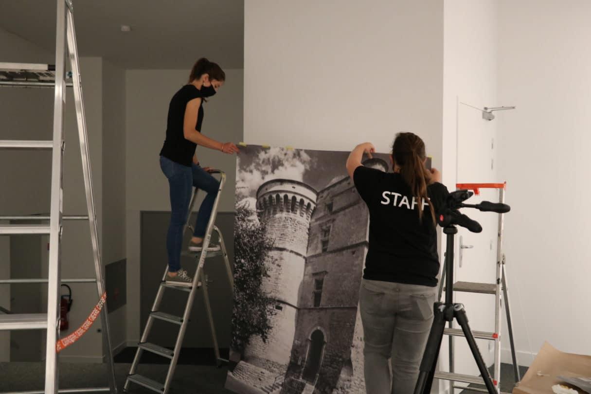 Vasarely 3 pose des panneaux scénographiques